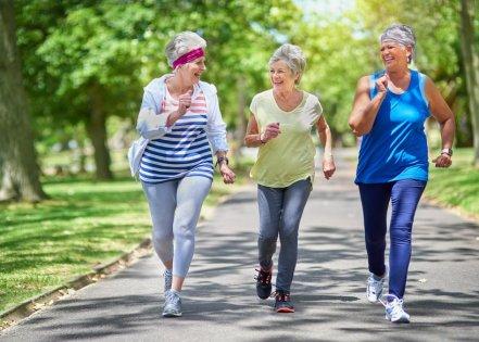 Mulheres-de-terceira-idade-caminhando-iStock
